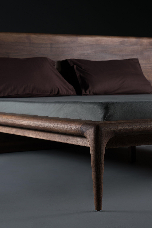 Massiv Holzbett Detail mit hoher Rückenlehne