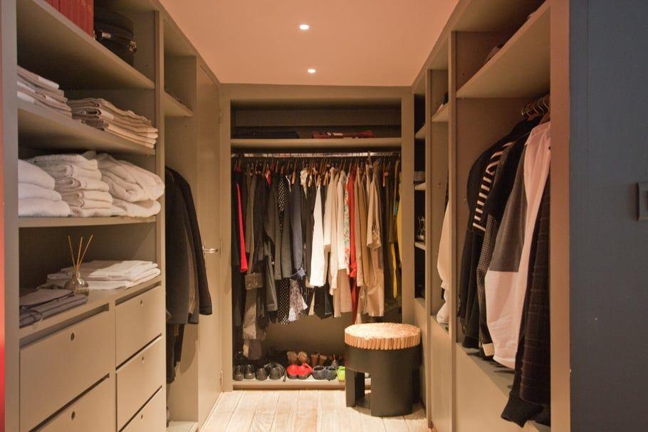 Dans une chambre, un couloir ou une entrée, lu0027armoire-dressing et la