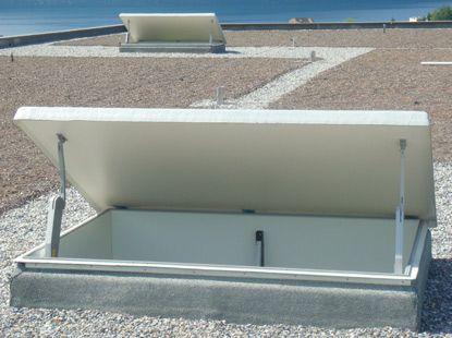 L'exutoire de fumée s'adapte à tous les bâtiments. Le fonctionnement est garanti par des moteurs électriques de 24V et une station de commande équipée avec des accumulateurs permettant le fonctionnement du système pendant une interruption de courant.