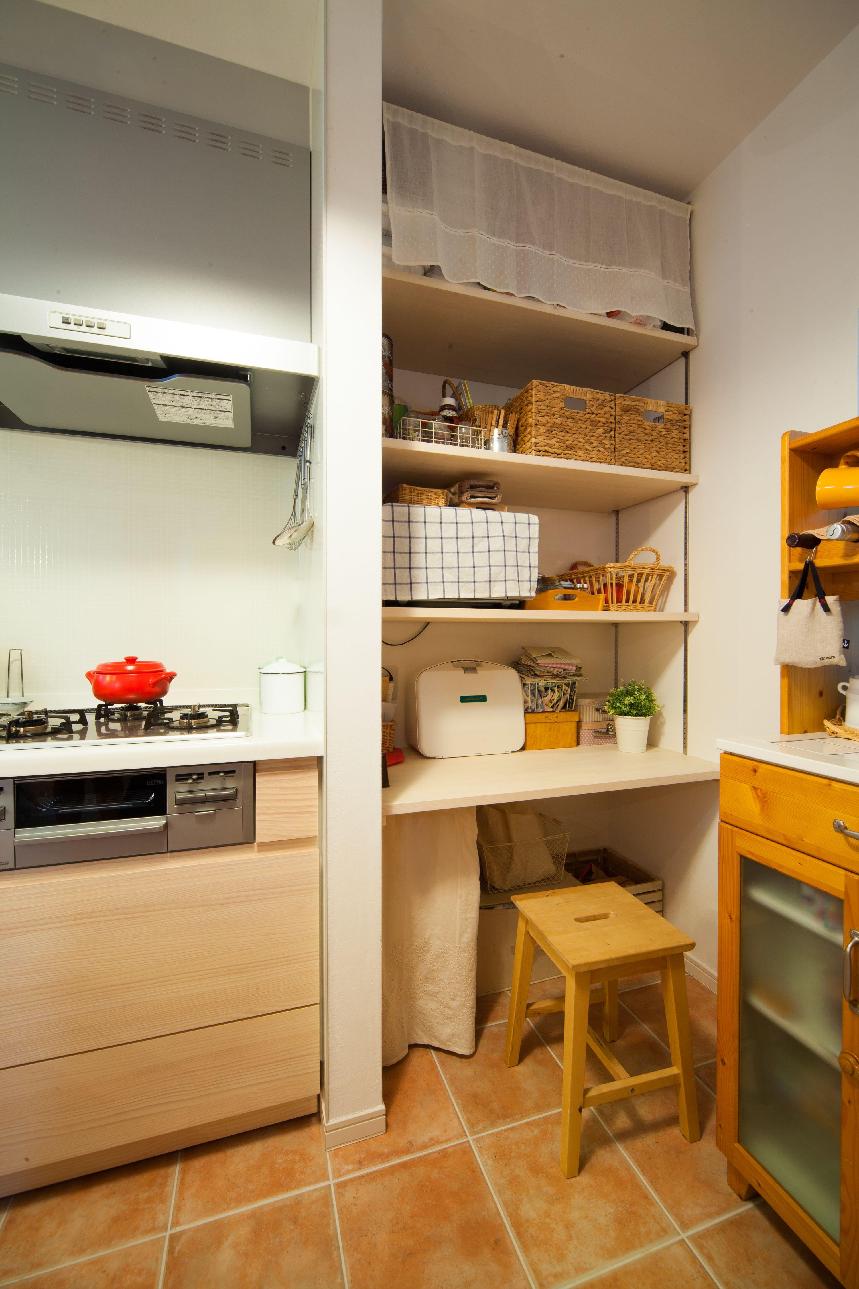キッチン横には可動棚をつけて 収納とママの作業スペースを確保しま