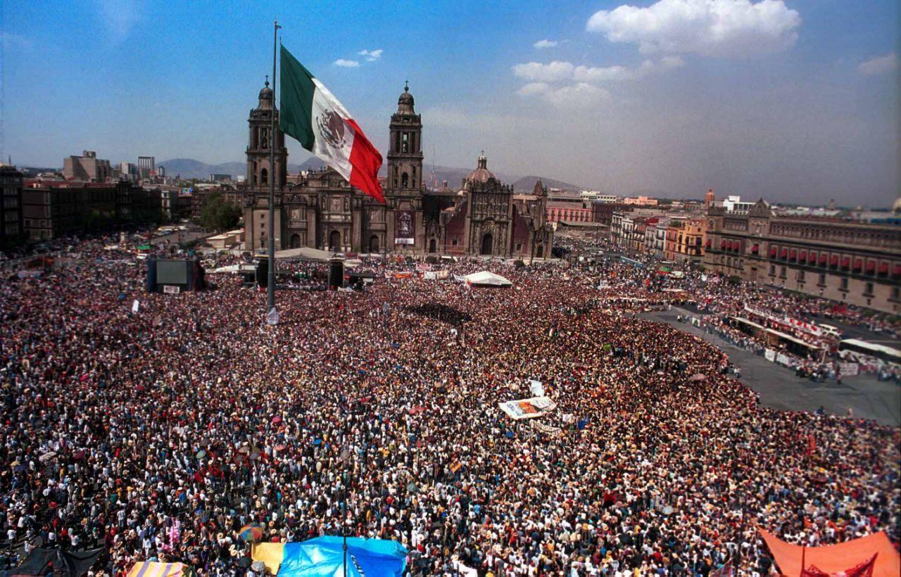 <p>El subcomandante Marcos y el Ejercito Zapatista de Liberación Nacional en el Zócalo de la Ciudad de México en 2001 / Foto: Cuartoscuro </p>