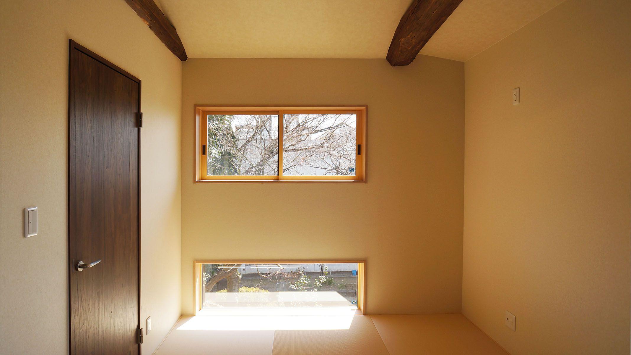 和室に地窓とよばれる 床面に接した低い位置に窓を設けました 窓