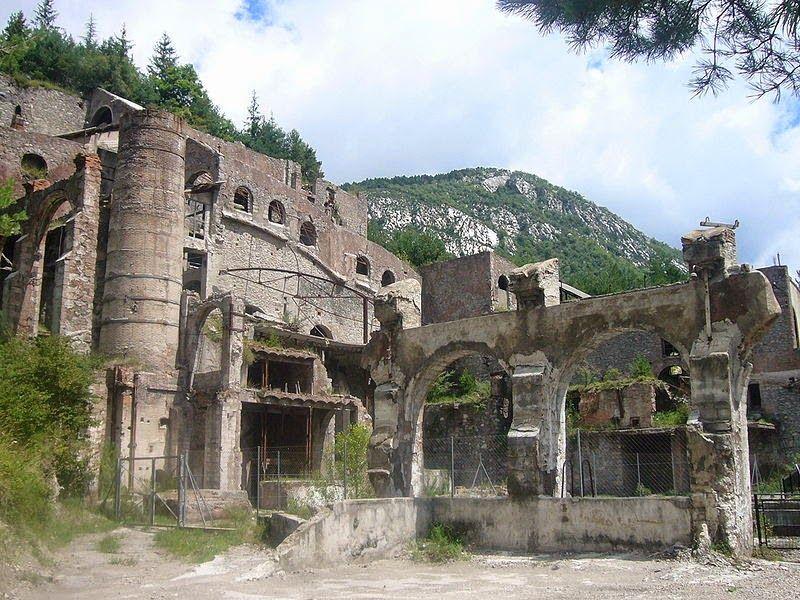 Pueblos Fantasmas En Catalunya Fábrica De Cemento Castellar De N Hug Barcelona Pueblo Fantasma Pueblos Abandonados Lugares Abandonados