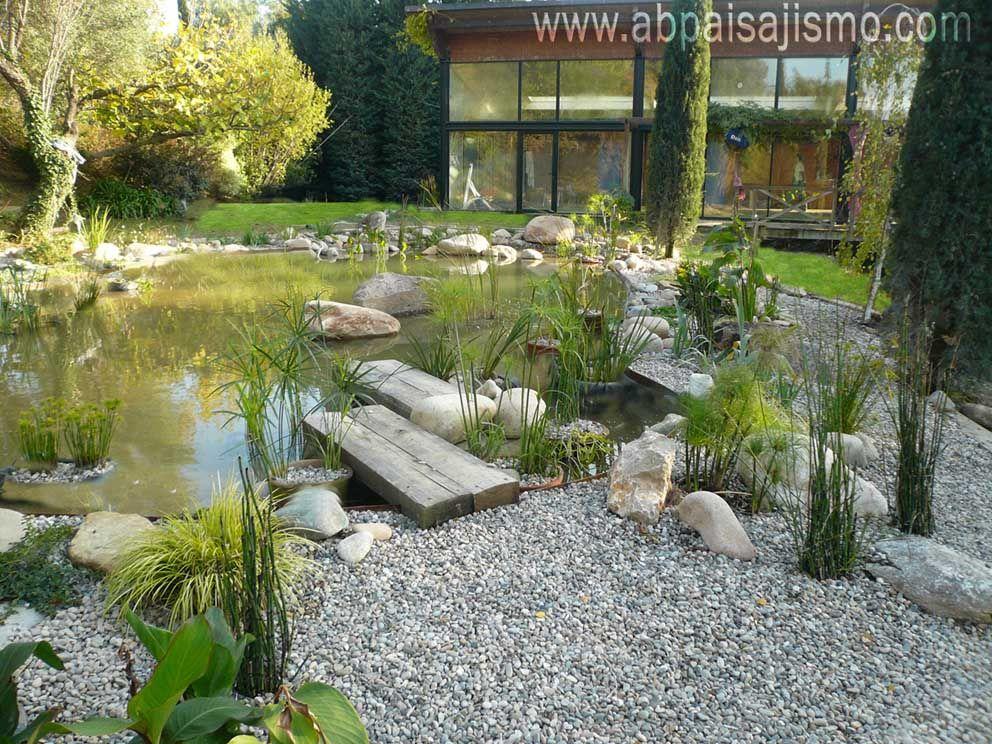 Se construye un puente de traviesas que se introduce en el for Disenos de jardines con piedras decorativas