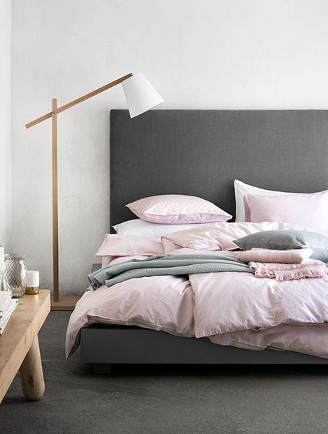 Gemütliches Schlafzimmer Mit Grauem Bett Und Pastellfarbener Bettwäsche,  Modernes Schlafzimmer, Ideen Schlafen, Gestaltung Schlafbereich
