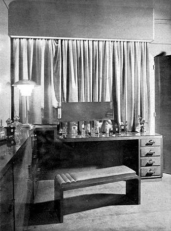 gravot rue m chain the dressing table tamara de. Black Bedroom Furniture Sets. Home Design Ideas