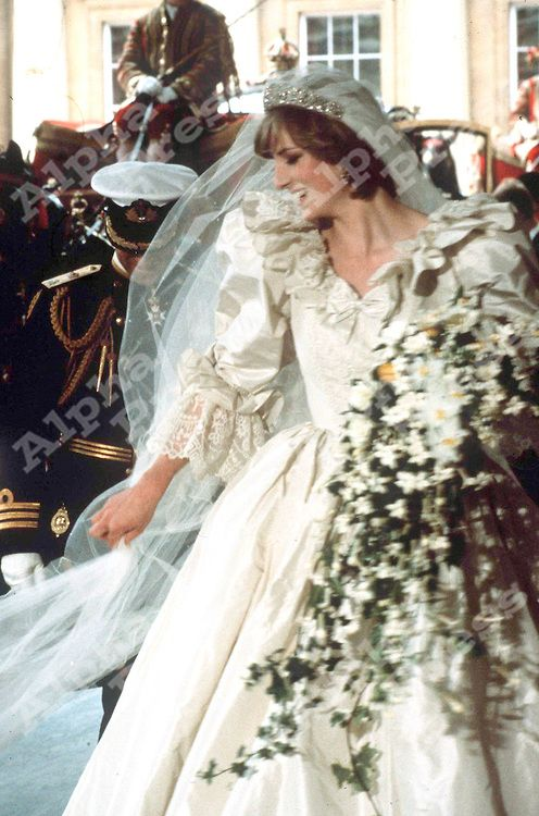 PRINCESS DIANA TO DONATE HER WEDDING DRESS A MUSEUM