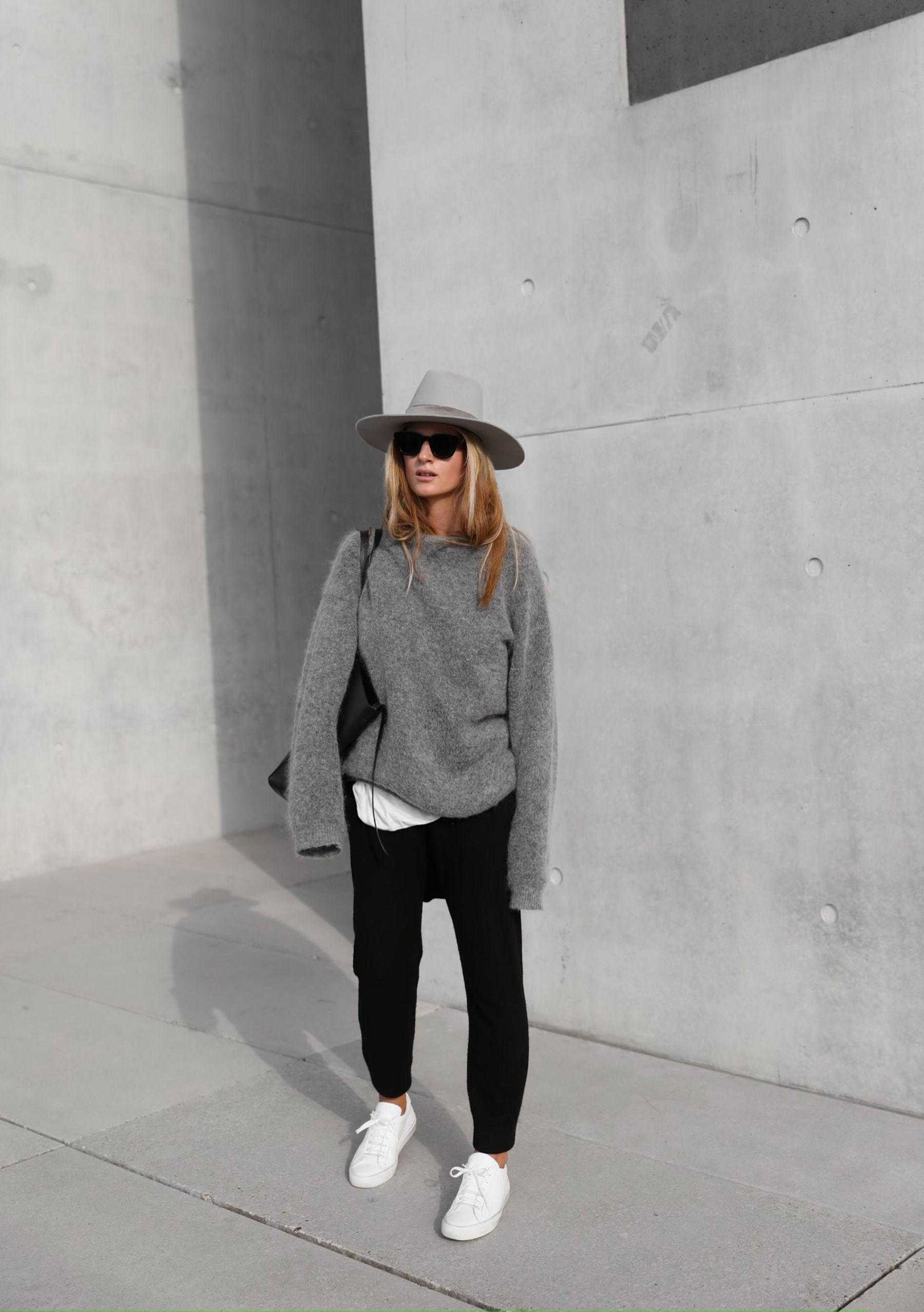 Borsa e occhiali da sole Céline, maglia Acne Studios, cappello Janessa Leone. Via Mija