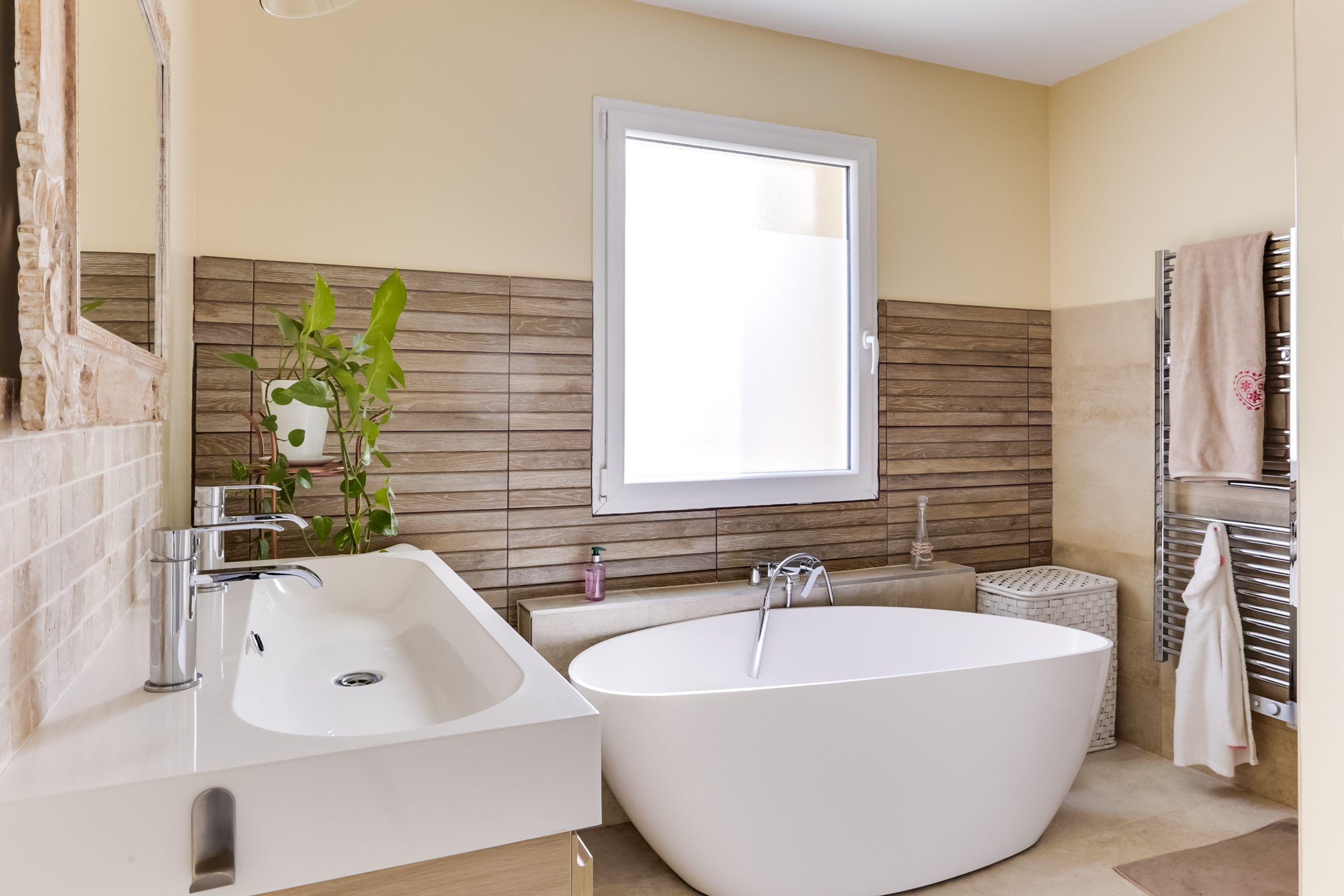 Salle De Bain Avec Bois jolie salle de bains sur-mesure : avec baignoire îlot