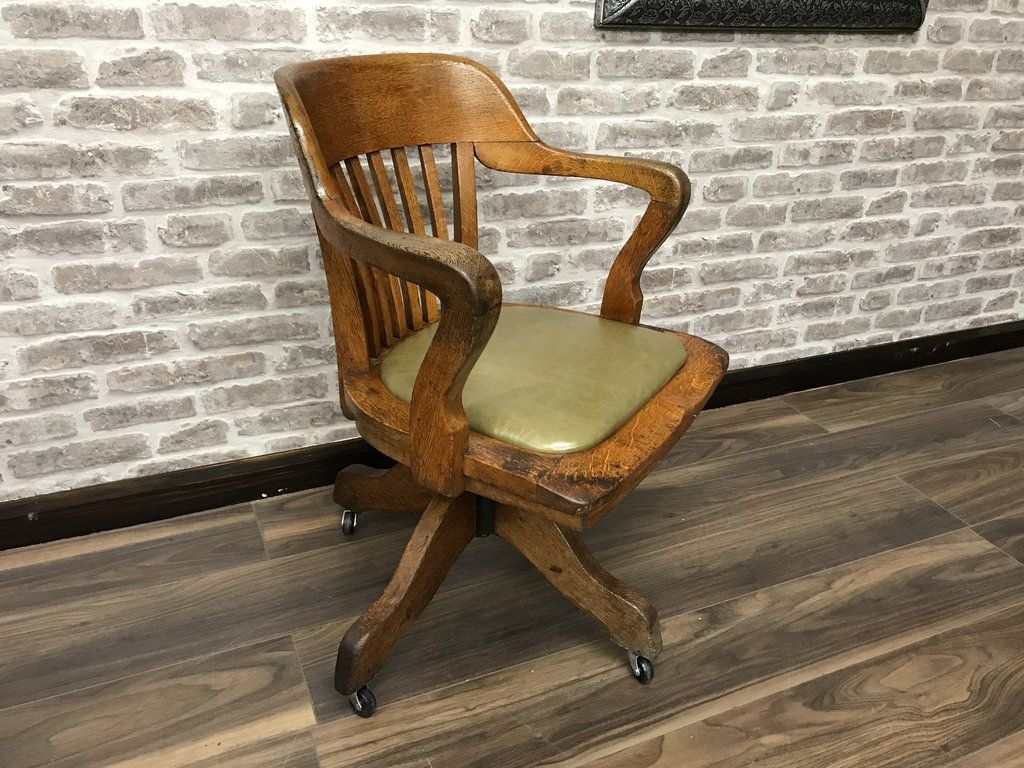 Merveilleux Vintage Oak Captains Chair   Circa 1910