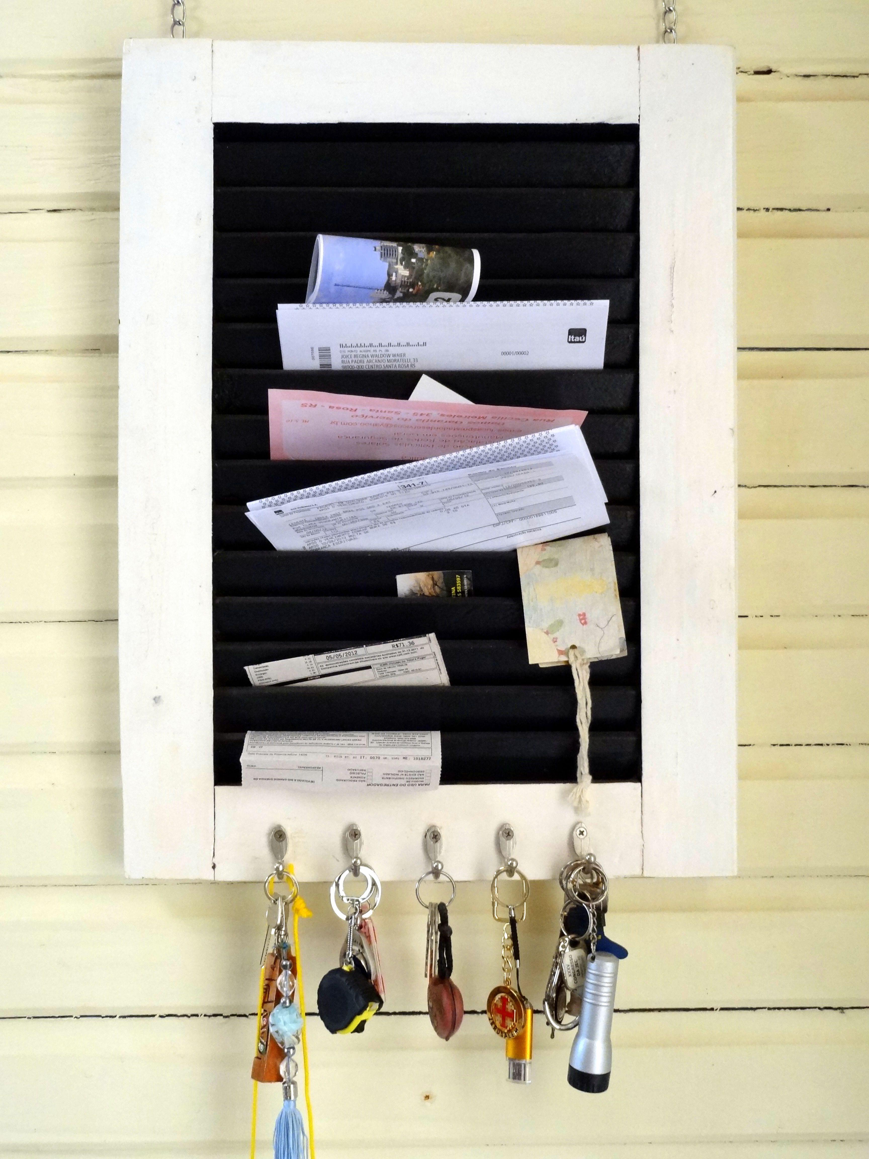 Janela que seria descartada, vira porta chaves e contas a pagar! super útil!
