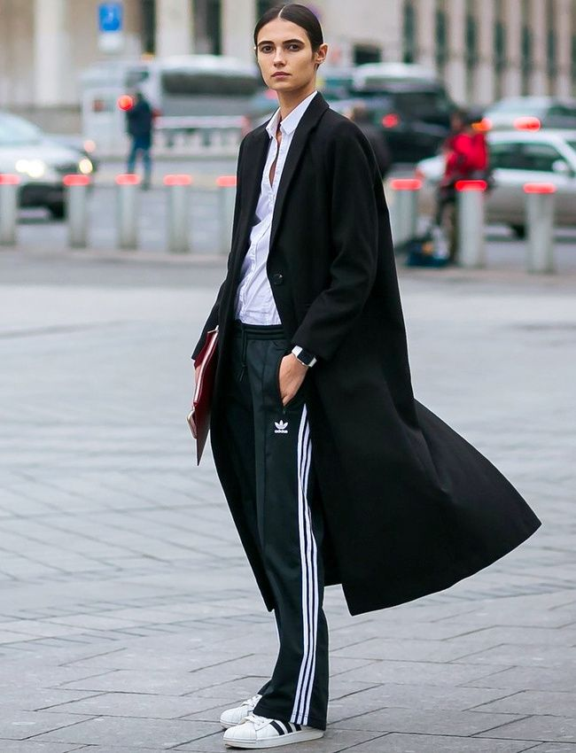 Pardessus sobre + chemise masculine + jogging 3 bandes = le bon mix (photo Vogue)