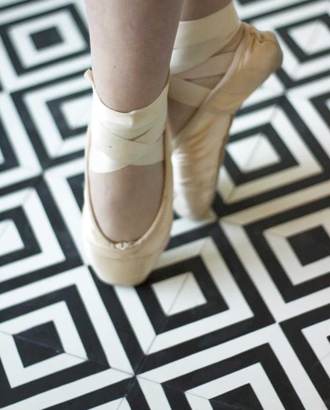 Klassisk søndag i dag Lekkert med Retro-fliser på gulvet! #designflis #marokkanskefliser #soukbergen #tile #tileaddiction #fliseinspo #lisaballerina #klassisk #ballet by souk_bergen