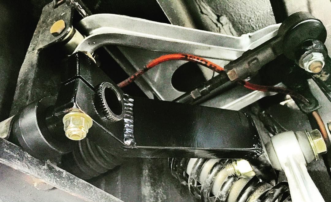 """New custom @teamsrd front sway bar solution for the Ferrari 308. Awesome job. 3x stiffer than OEM. Massive handling improvement. Fits stock sway bar brackets delron bushings 1 1/4"""" 188w bar w 48 spline ends and special fabricated end brackets to pick up the ORM connecting rods. by electricferrari"""
