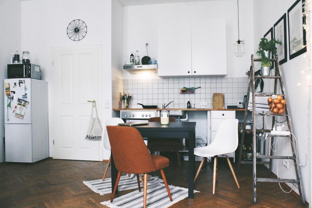 küche in schöner altbauwohnung mit weißen möbeln und moderner ... - Leipziger Küche