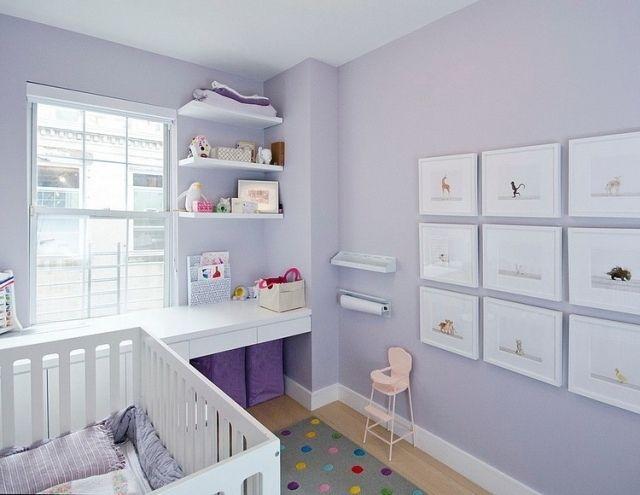 Babyzimmer in hell-lila ausgeführt-offene Wandregale und