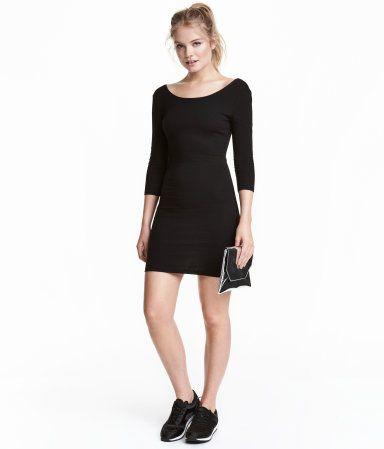 Kurzes, figurbetontes Kleid aus Jersey. Das Kleid hat einen tiefen  Rückenausschnitt und 3 4-Arm. e274dcd884