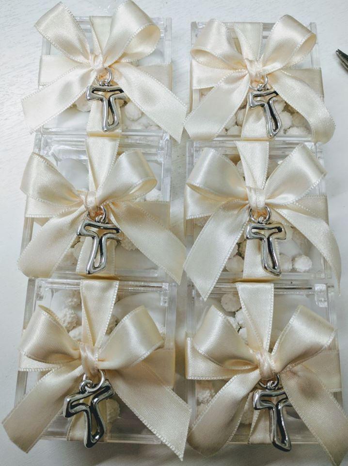 Bomboniere Festa Di Prima Comunione Scatoline Plexiglass Confezionate Con Ciondolo Tau Confetti E Nastri A Scelta Bombonieras Gifts Gift Wrapping Baptism