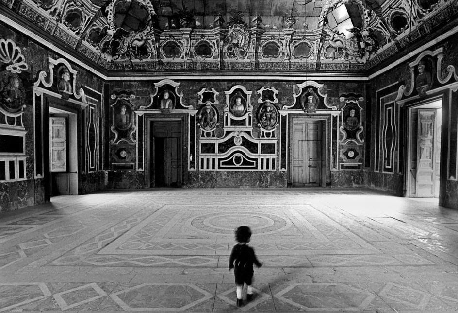 ferdinando scianna - 1975 italy, sicily, bagheria: the room of the mirrors in the baroque.. (in 'quelli di bagheria', 2002)