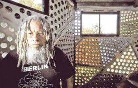 El hombre que construyó su casa con seis millones de botellas de vidrio