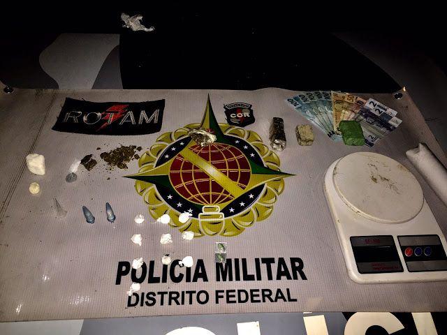 """Foto: PMDF/internet/reprodução.     Policiais da ROTAM apreenderam oito porções de cocaína """"escama..."""