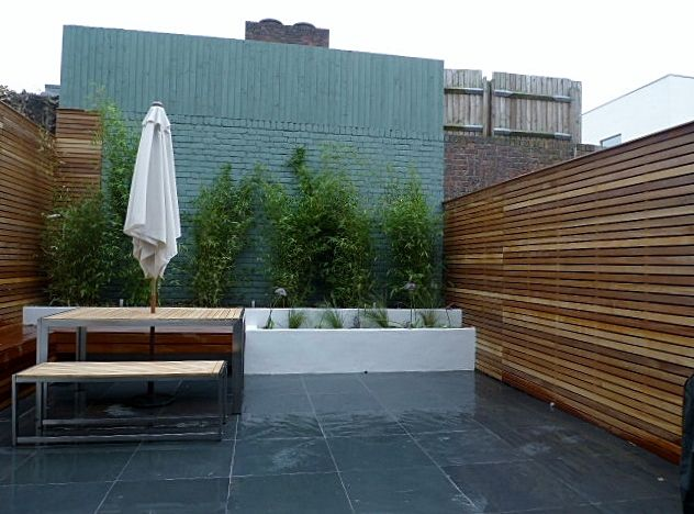 Small court yard garden clapham london cedar screen slate for Rendered garden wall designs