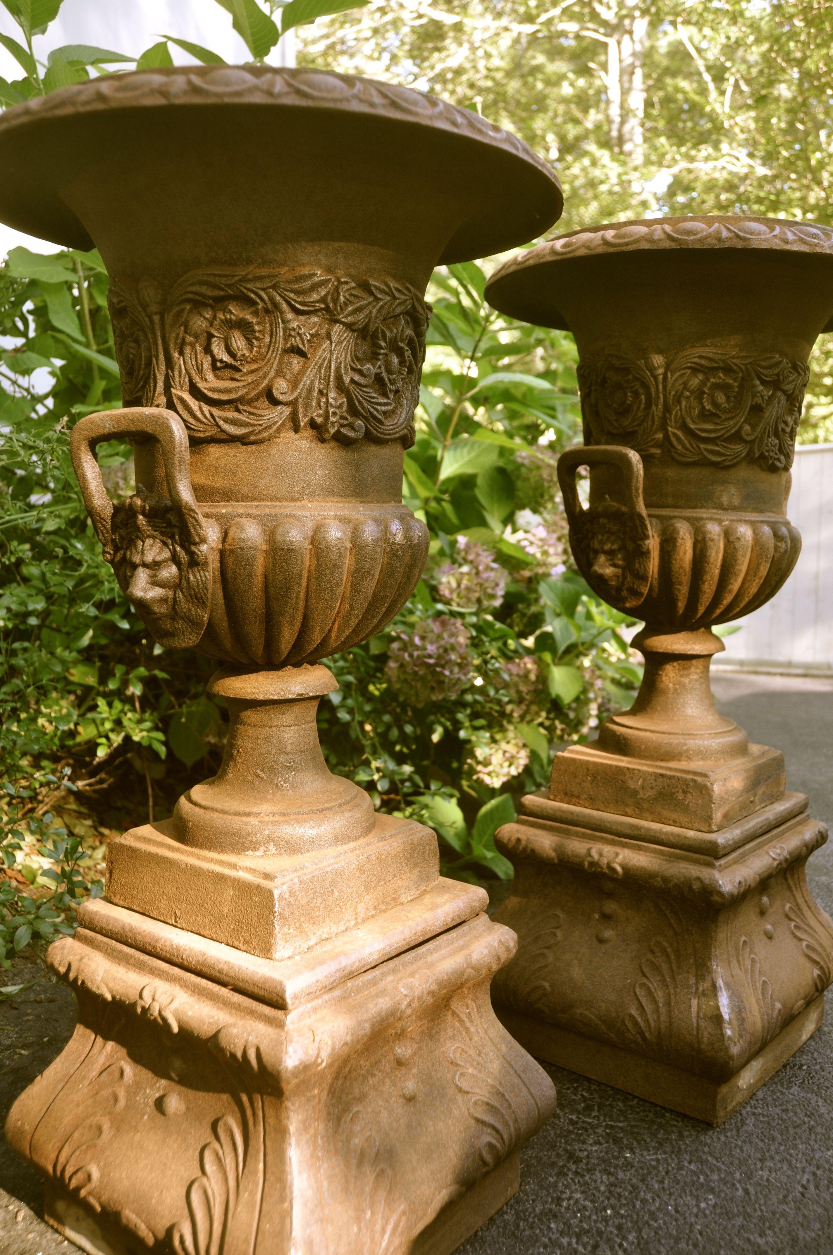 pedestal urns | Vases et coupes MEDICIS | Pinterest