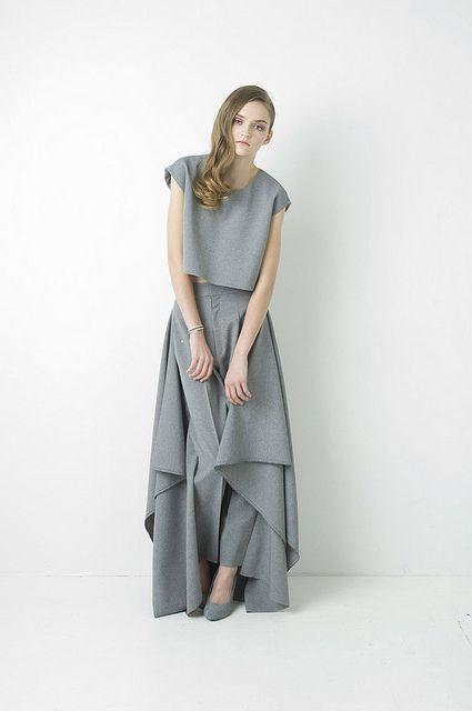 folded from a flat piece of cloth Natsumi Zama - Two to Three collection http://www.muuse.com/#!collections/46-two-to-three-by-natsumi-zama http://blog.muuse.com/natsumi-zama-2%E2%86%923