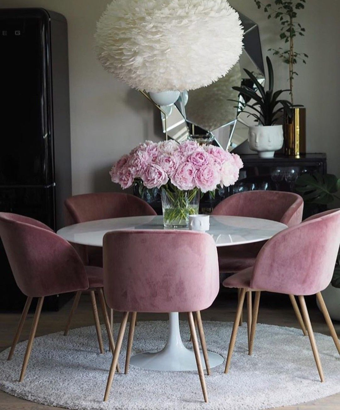 Pink upholstered dining chairs and tulip table #diningroom