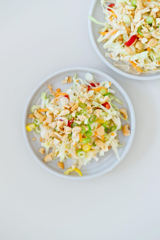 Asiatischer Krautsalat Mit Spitzkohl Kohlrabi Chilis Cashews Und Thai Dressing Asian Coleslaw With Pointed Berliner Kuche Rezepte Mit Kohlrabi Krautsalat