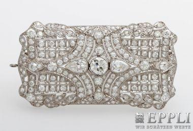 Art Deco- Brosche mit Diamantbesatz Gesamt: 8ct.TW-W/VVS-VS,davon Altschliff- Mittelstein 1,2ct.TW/SI, zwei Tropfen zus.1,5ct.