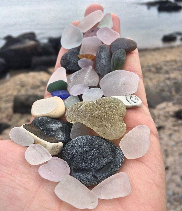 Today's finds #12312016 #happynewyear #seaglasskickup #bonfireseaglass #seapottery #salem #massseaglass #seaglasshandful #blackseaglass