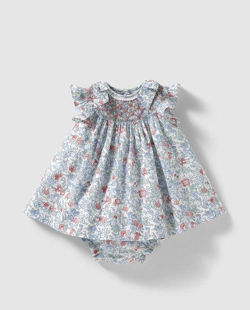 352945d522b Vestido de bebé niña Dulces con estampado de flores   Smocking ...