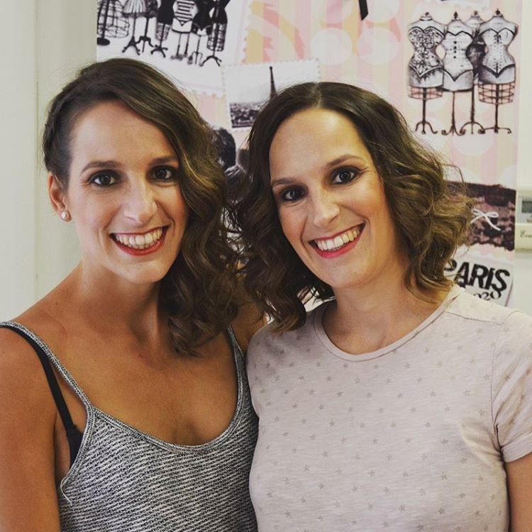 ¡¡Gemelas damas de honor guapísimas!! Con maquillaje y peluquería de #evapellejero 💕💕 Adivinais de qué novia #evapellejero fueron damas de honor? 😉😘⠀  #evapellejero #maquillaje #damasdehonor #bridesmaid #novias #boda #peluquería #zaragoza
