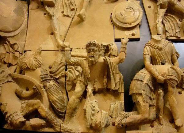 L'episodio dei sette a #Tebe scolpito sul #Frontone di #Talamone - #Maremma - #Tuscany - #storia - #arte Foto Nautilus Snc