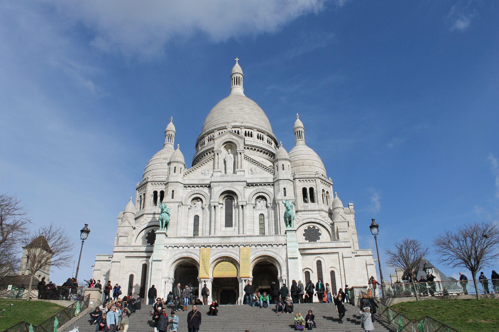 La catedral de Montmartre   Es famosa ya que ahí vivió el primer obispo de París, el cual fue decapitado por su gran creencia y fe.