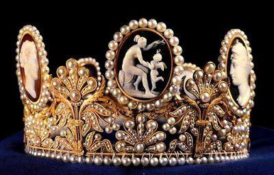 Tiara de los Camafeos, Suecia - Fué obra del orfebre parisino Marie-Etienne Nitot para la Emperatriz Josefína, esposa de Napoleón Bonaparte. Lleva cinco camafeos clásicos y perlas, engastados con oro rojo y dseño de madreselva.