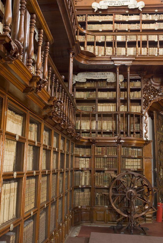 Biblioteca Palafoxiana Un Monumento Histórico Por Ser Una De Las Bibliotecas Antiguas Más Valiosas Biblioteca Antigua Biblioteca De Mexico Ideas De Biblioteca