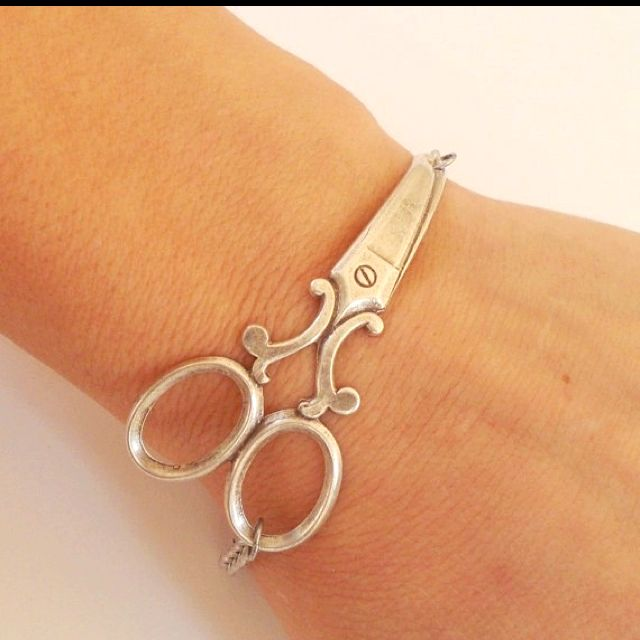 if i ever become the seamstress i desire, i will rock this bracelet.