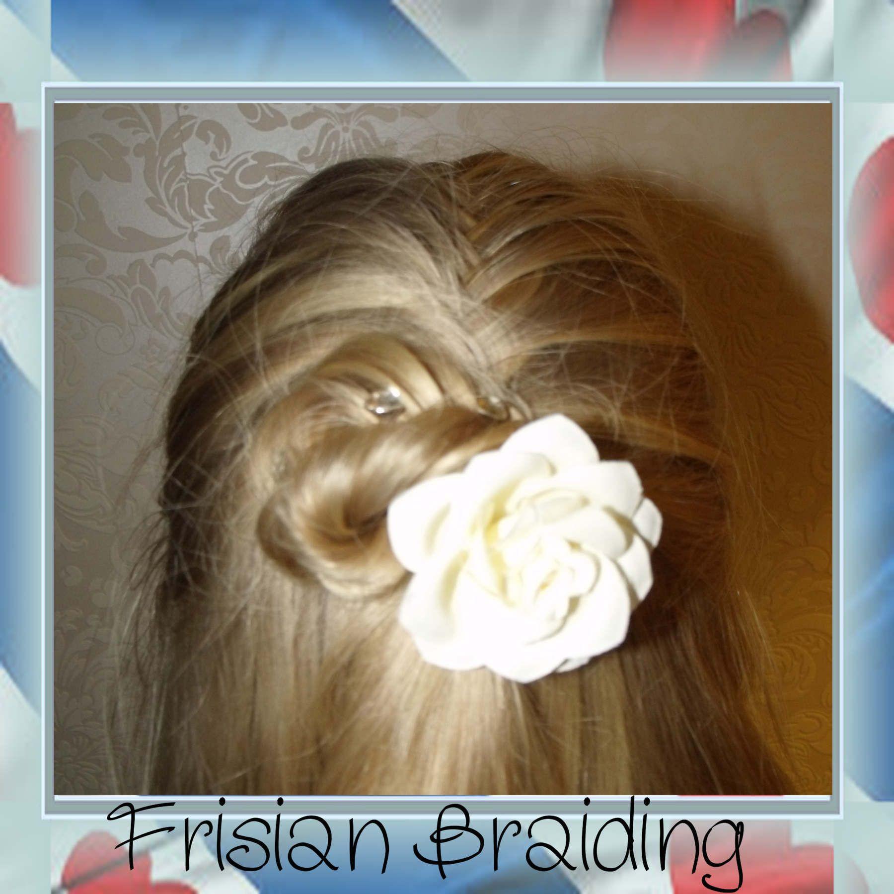 Halve visgraatvlecht, afgemaakt in een knot Half fishtalebraid finished in a bun #hair #haar #updo #fishtail #visgraat #bun #knot #halfupdo