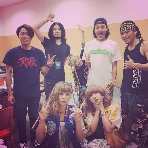 """Yumi Yoshimura & Ami Onuki, with Hey Smith : """"HEY-SMITH, junto con nosotros en un clic. ¡Gracias por llamar hoy! ¡Fue divertido! También quiero que llame si hacen algo allí""""  Esto dice nuestra querida Ami-chan, en su Instagram, ayer.  En fin. Saludos!!!   puffy_4ever"""