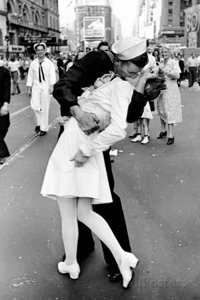 Download 'Kissing on VJ Day' Prints - Alfred Eisenstaedt | AllPosters.com in 2021 | Black and white ...