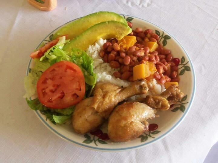 Pollo frito ensalada verde aguacate habichuelas y arroz - Comidas con arroz blanco ...