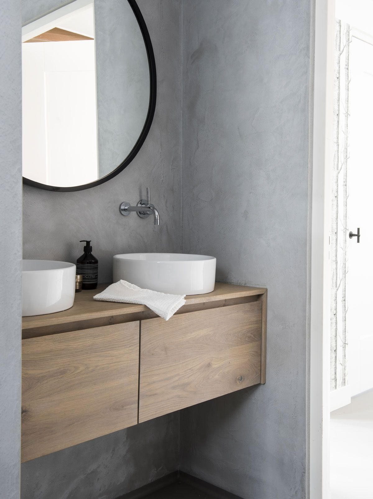 NIEUWBOUWHUIS • een badkamer met betonnen muren en vloer: stoer en ...