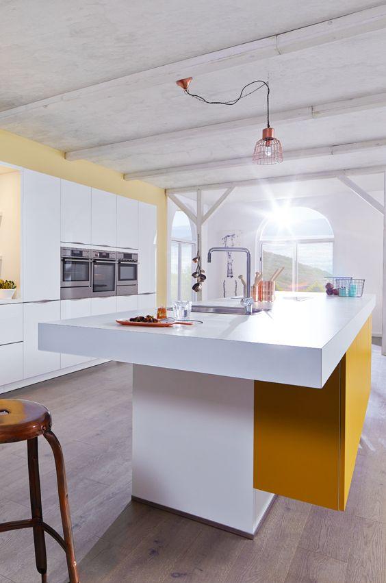 Designküche in Weiß und Gelb mit sommerlicher Einrichtung