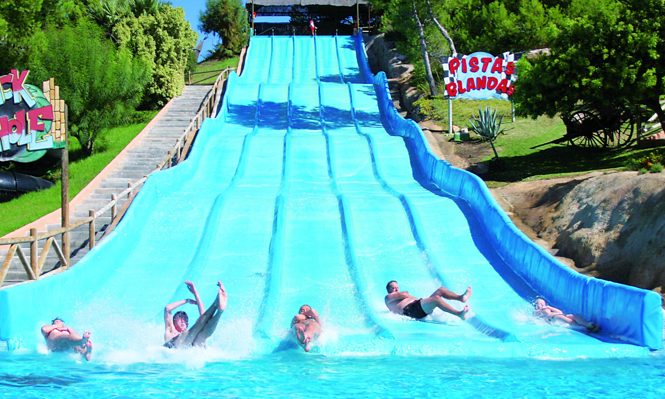 Lo que nos gusta lanzarnos a la piscina que mejor que for Piscinas con toboganes
