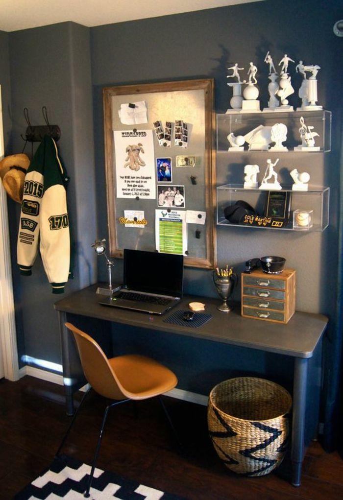 Chambre ado avec des etageres avec des trophées sportifs et un tableau pour y accrocher des