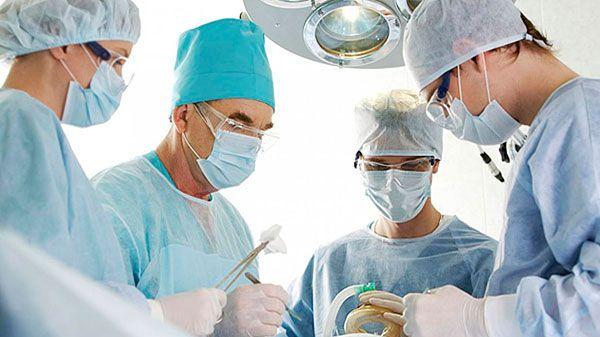 EL BUEN CIRUJANO Escrito por JOSÉ LUIS AMIEIRO La Covadonga es un antiguo y enorme hospital. Tiene muchos pabellones, al estilo de hace cien años y... Enlace al artículo: http://www.conexioncubana.net/sanidad/3931-el-buen-cirujano