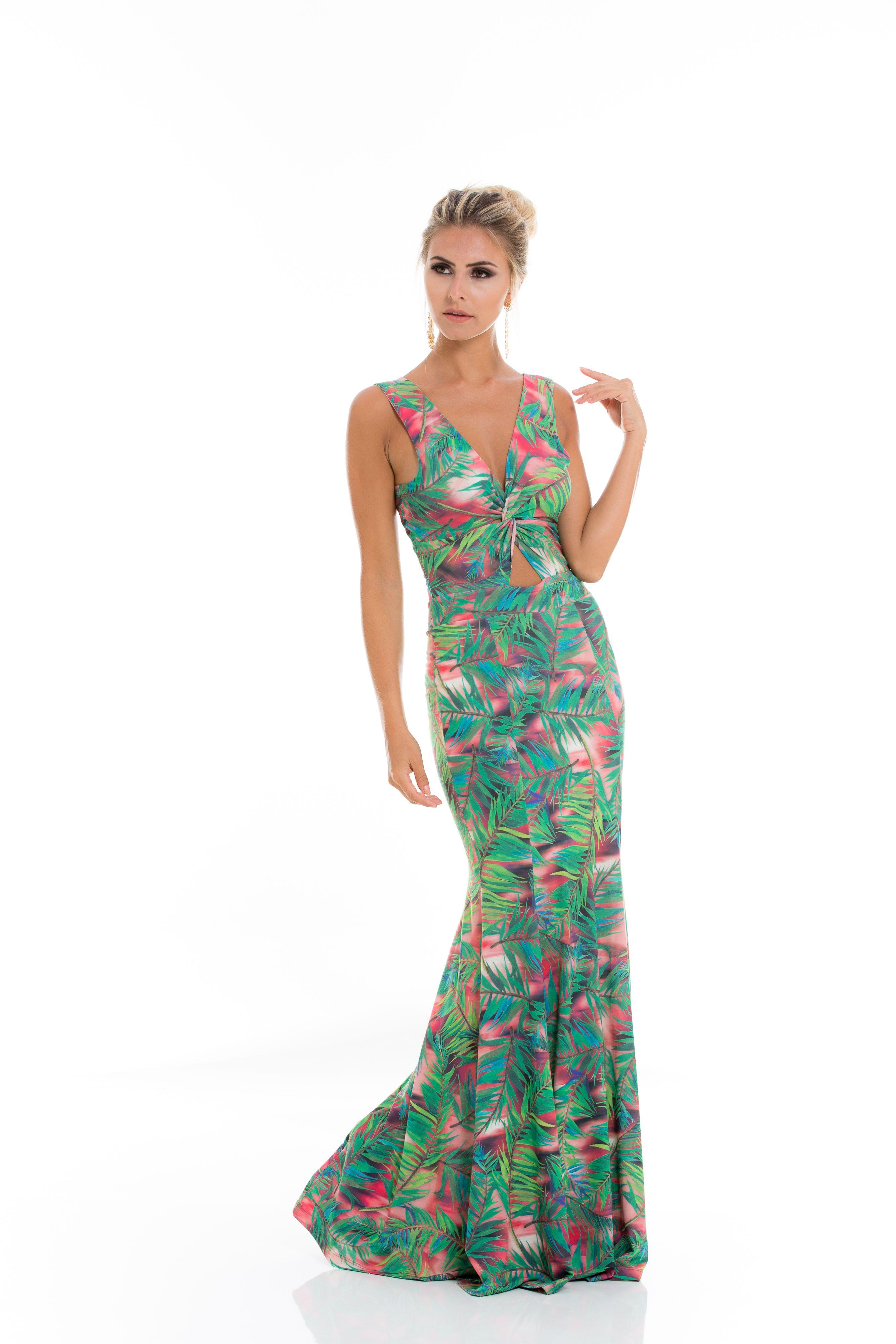 A estampa tropical está em alta! As folhagens invadem as peças e este vestido longo com detalhe vazado é perfeito para diversas ocasiões.