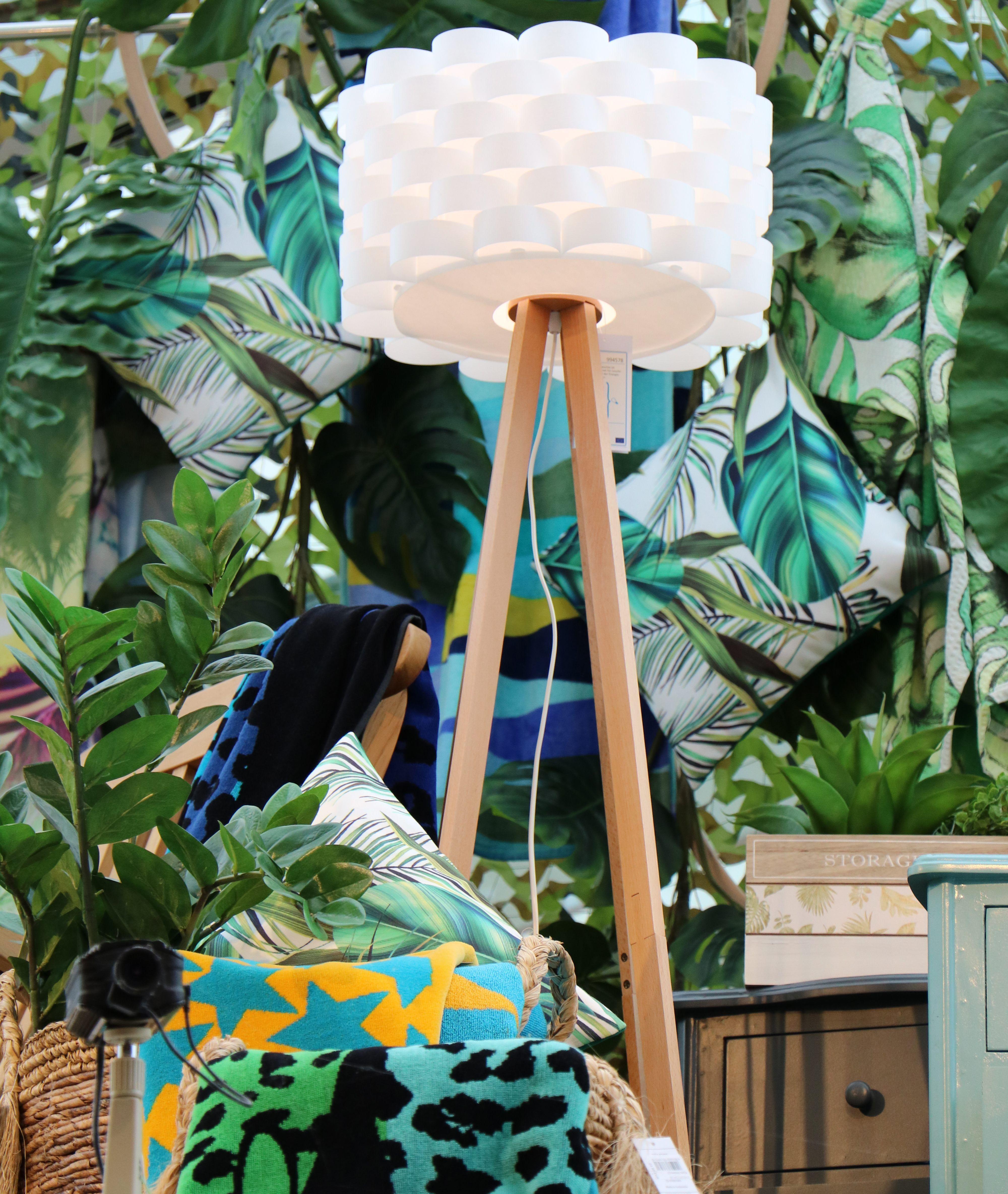 Schon Stehlampe Im Skandinavischen Stil Kombiniert Mit Deko Im Dschungel Style # Deko #dschungelstyle #trend2018